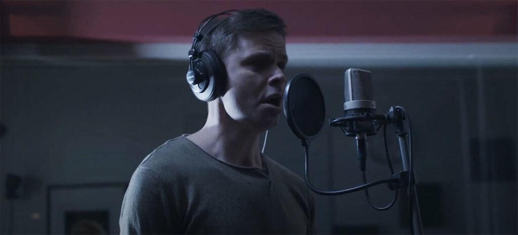 Man som sjunger i mikrofon